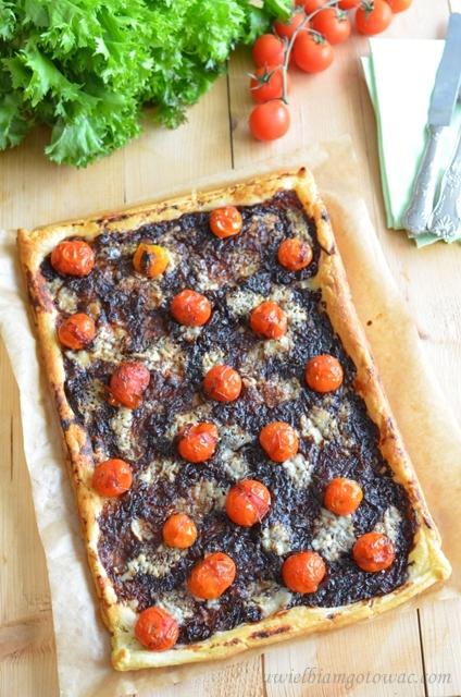 Tarta z karmelizowaną czerwoną cebulą, pomidorkami i kozim serem