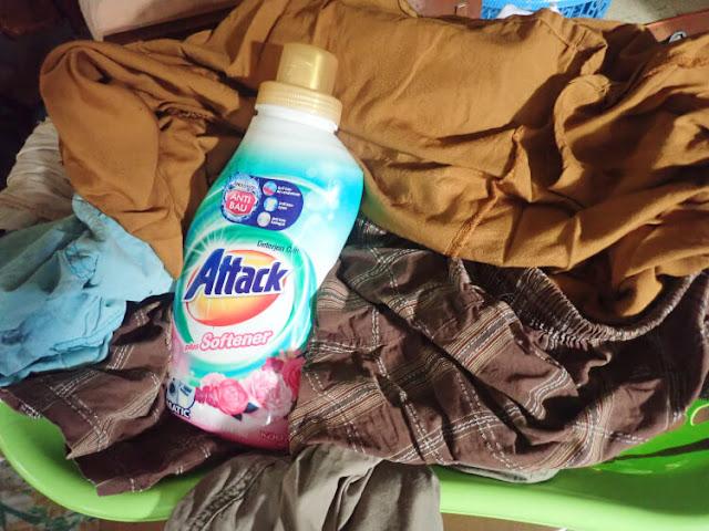 tips mencuci baju saat musim hujan, tip agar pakaian tidak bau apek, attack deterjen