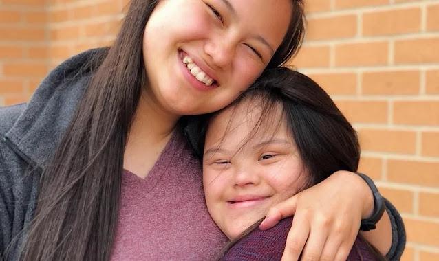 """Jovem é impactada pela fé de irmã com síndrome de Down: """"Ela adora passar tempo com Deus"""""""