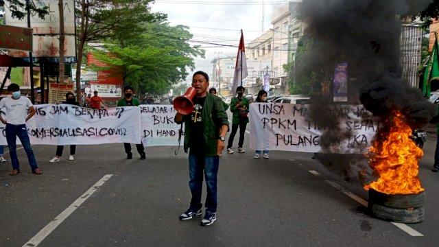 Mahasiswa di Makassar Blokade Jalan, Tuntut Jokowi Bubarkan PPKM dan Pulangkan TKA China