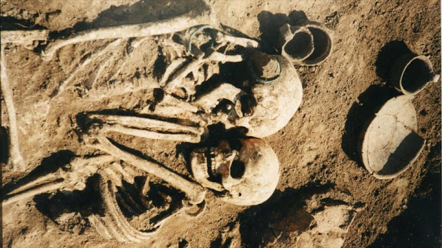 Hallan a una pareja de hace 3000 años, sepultada abrazada