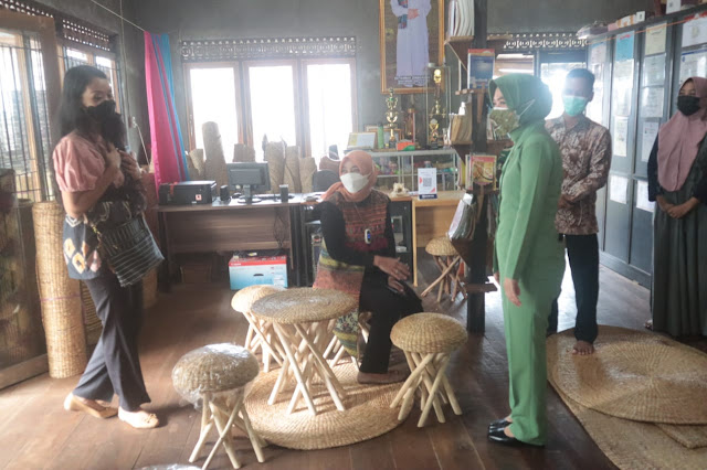 Ketua Persit KCK Korem 101 Antasari Kunjungi Sentra Kerajinan Eceng Gondok di Desa Banyu Hirang