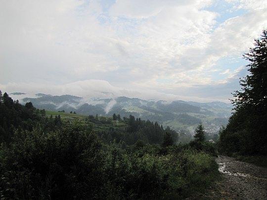 Krajobraz po burzy. Przed nami dolina Dunajca i za za nią wznoszą się Gorce.