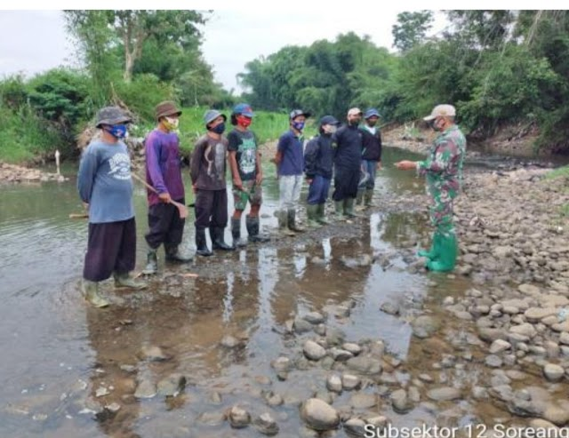 Minimalisir Dampak Hujan, Satgas Citarum Sektor 21-12 Konsisten Bersihkan Aliran Sungai Ciwidey