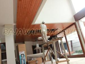 Proses pemasangan plapon kayu Jati