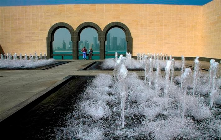 La Terrazza Del Museo: le fontane e lo skyline di Doha/fountains and skyline on the terrace of Museum.