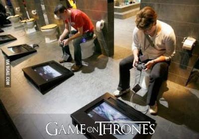 Männer beim Handy spielen auf Toilette lustig