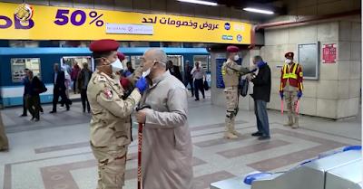 الجيش المصري يقوم بتوزيع كمامات على المواطنين مجانا