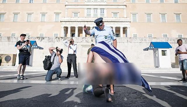 Athens Pride: Οι ξεβράκωτοι βεβήλωσαν ακόμη και τη σημαία!
