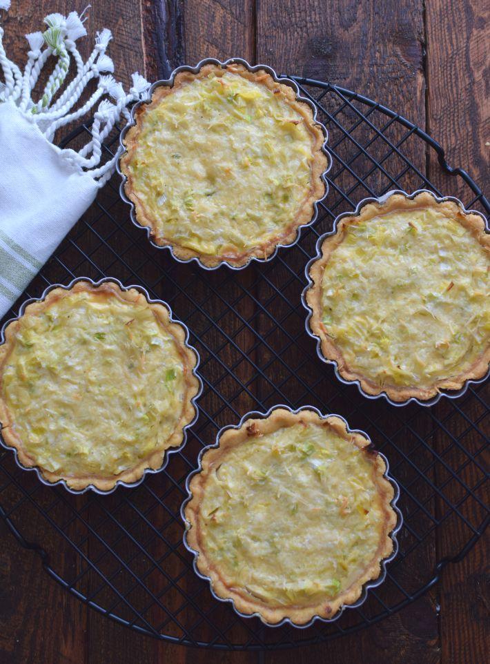 Mini tartas rellenas de ajoporro (puerro), cebollín, crema, queso parmesano