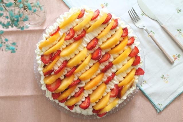 Tarta de vainilla, melocotón y fresa