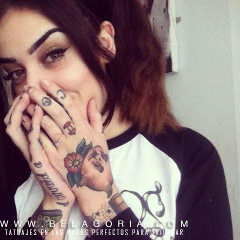 Foto de chica tapandose la boca mientras sonríe, vemos un tatuaje en la mano de un bebe