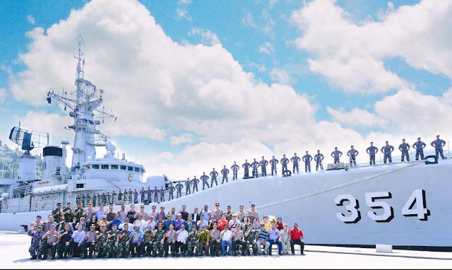 Panglima TNI Bersama Tokoh Masyarakat dan Kepala Daerah Berlayar di Laut Papua