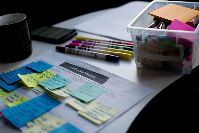 Post-its sobre uma folha sobre uma mesa de home office