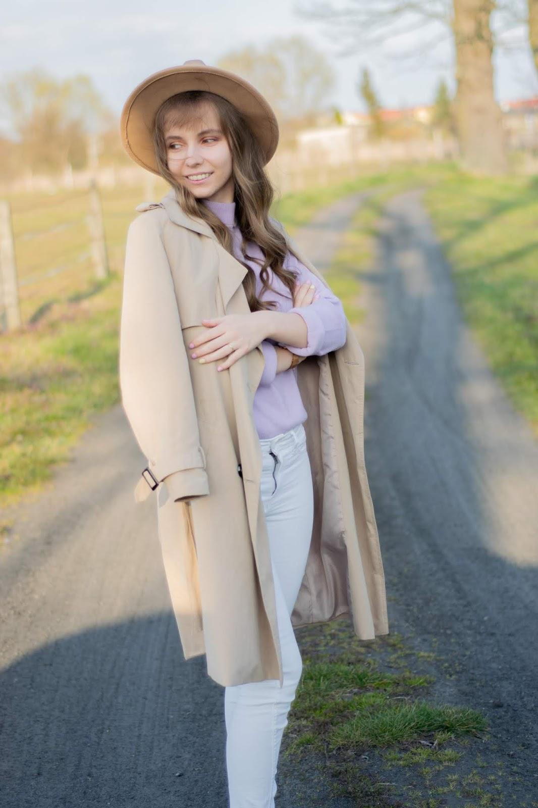 Beżowa stylizacja z fioletowym swetrem
