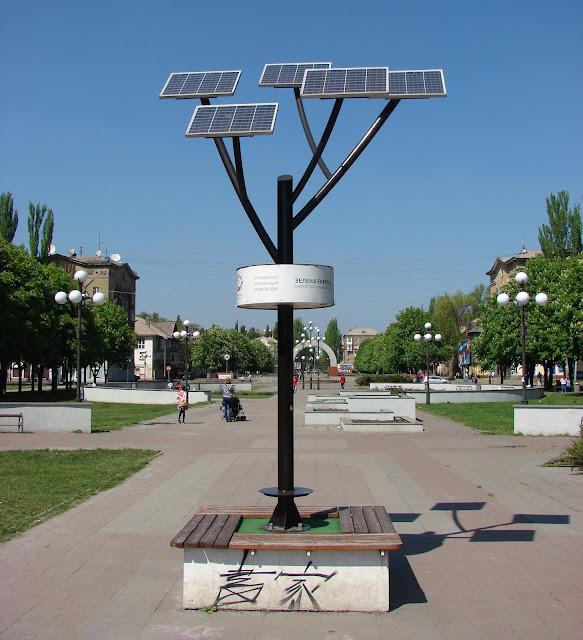 """""""Солнечное дерево"""". Когда-то от него отходили USB-кабеля для зарядки телефонов, но их оборвали вандалы."""