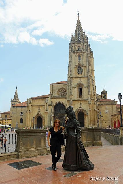 La Regenta frente a la catedral de Oviedo