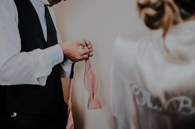 Novios arreglándose para la boda