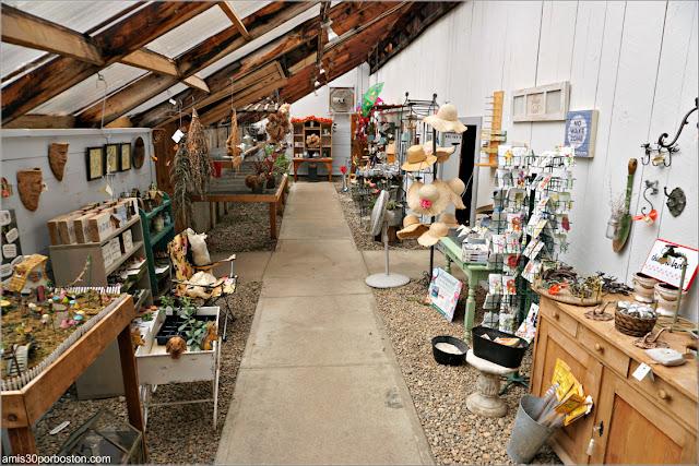 Adornos Jardinería en la Tienda de Pickity Place en Mason, New Hampshire