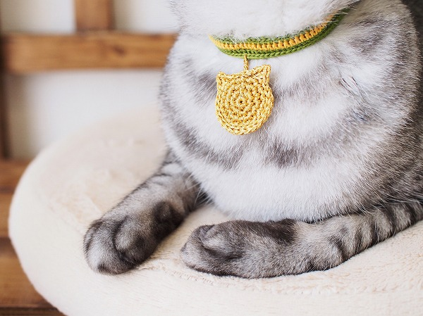 かぎ針編みで作った猫耳金メダル首輪