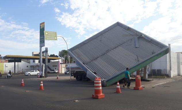 Em Delmiro Gouveia, teto de posto de combustível  desativado  desaba