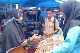 Lihat Potret Pelajar SMKN 1 XIII KOTO KAMPAR Memasarkan Produk Kreatif di Pasar