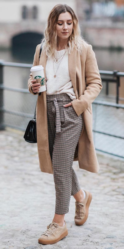 Look your best when you step out this holiday season. Here are 22 pure holiday style inspiration new ways to dress and impress in the upcoming christmas season. Holiday Fashion via higiggle.com | brown long coat fashion | #fashion #holiday #coat #trouser