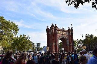 Plaza de España de Barcelona llena de catalanes manifestándose