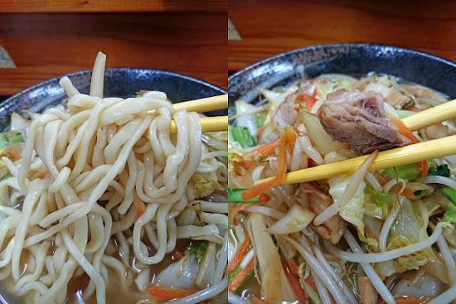肉そば(やさいそば)の麺とトッピングの野菜炒めの写真