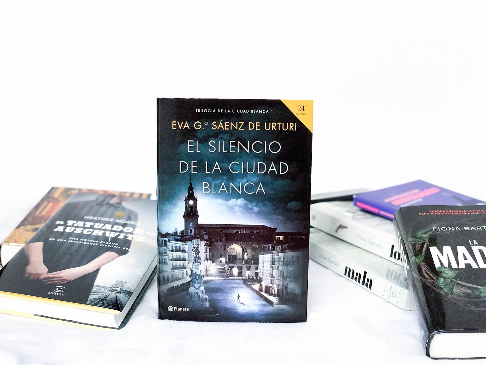 Este libro está centrado en una investigación por asesinatos que tiene  aterrorizada la tranquila ciudad de Victoria. Tasio, un arqueólogo  condenado por los ...