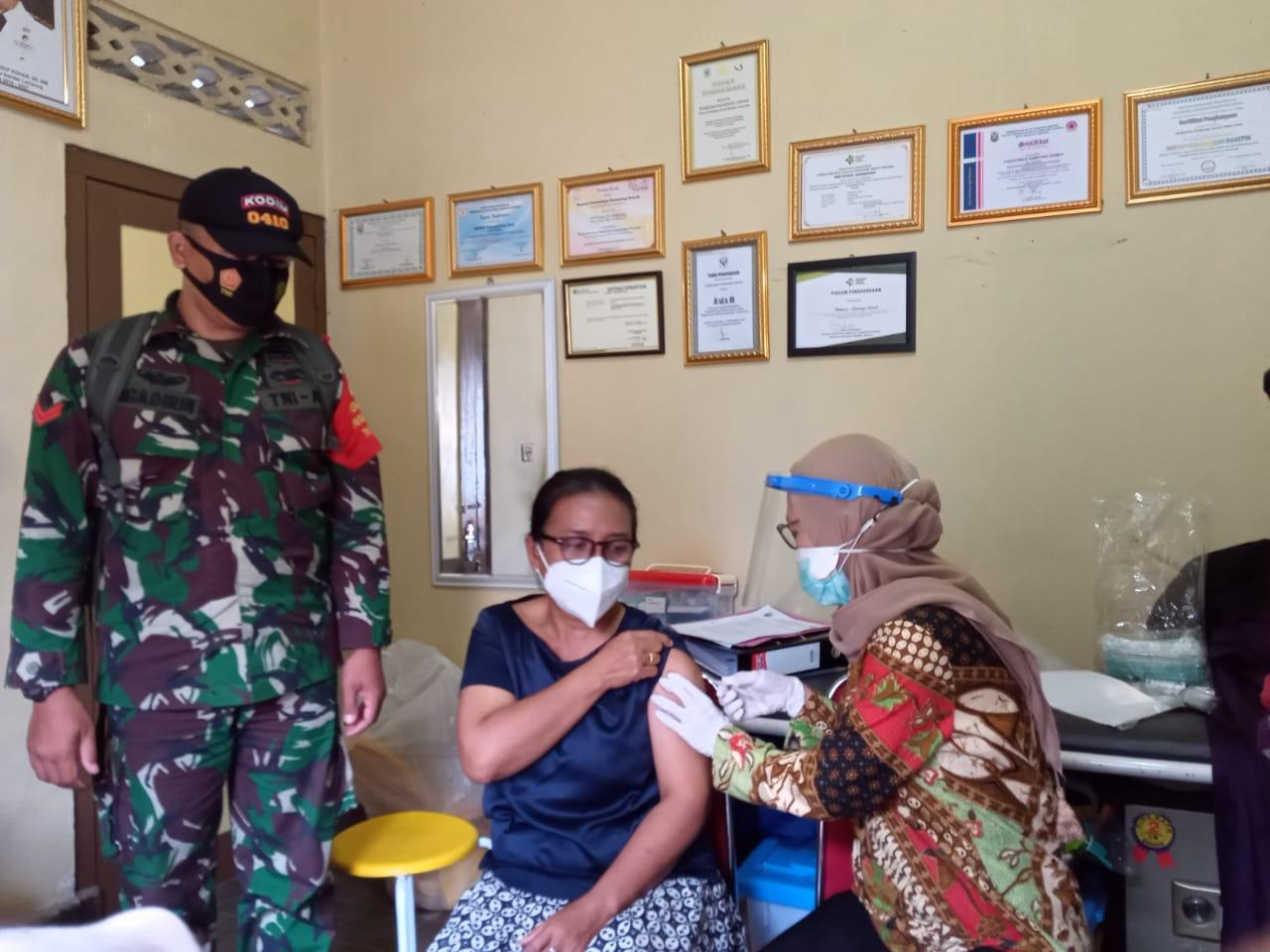 Kodim 0410/KBL Koptu Ngadirin bersama dengan Bhabinkamtibmas memonitor pelaksanaan kegiatan Vaksinasi Sinovac yang bertempat di Puskemas Kampung Sawah