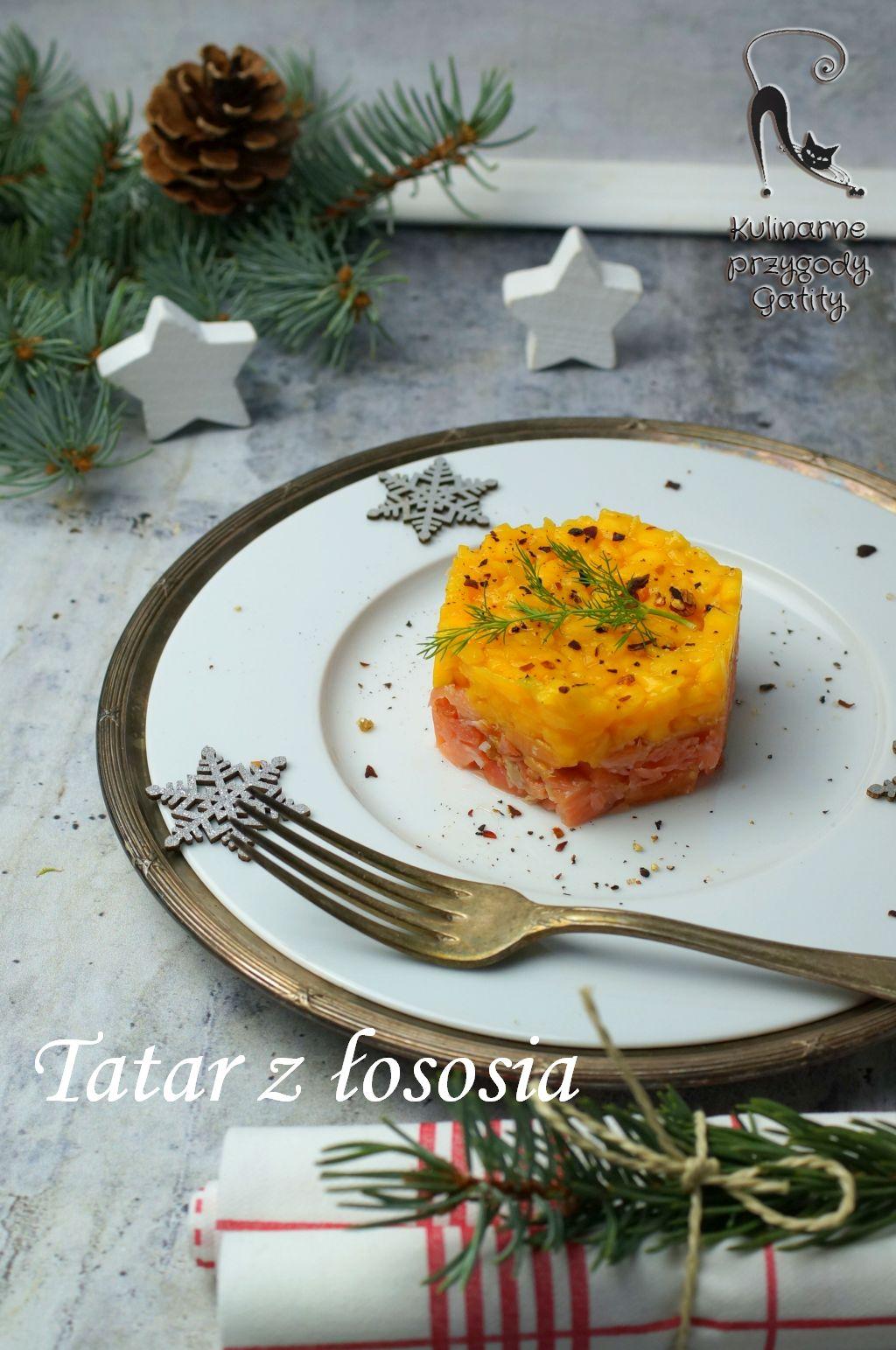 kolorowy-tatar-z-lososia-z-mango-na-białym-talerzu-widok-z-gory