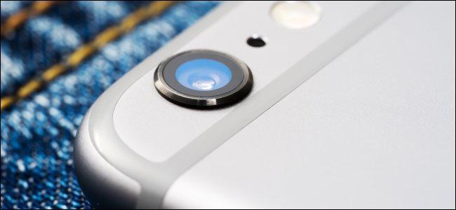 عدسة الكاميرا على الجزء الخلفي من اي فون.