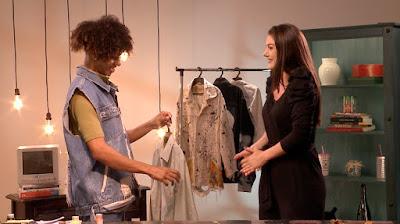Brunna faz a customização de roupa (Foto: Divulgação/SBT)