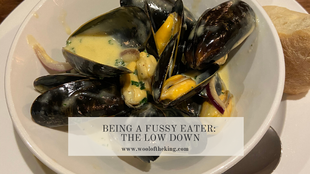 Mussels in garlic sauce with caption