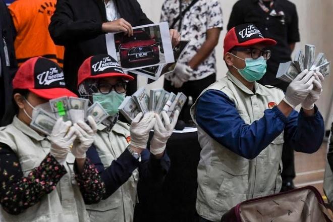 Penyidik KPK menunjukan barang bukti uang tunai saat konferensi pers terkait Operasi Tangkap Tangan (OTT) tindak pidana korupsi pada program bantuan sosial di Kementerian Sosial untuk penanganan COVID-19 di Gedung KPK, Jakarta,