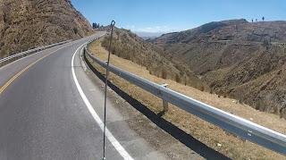 Vendo a continuação da estrada do outro lado do vale.