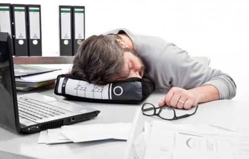 tidur atas meja pejabat