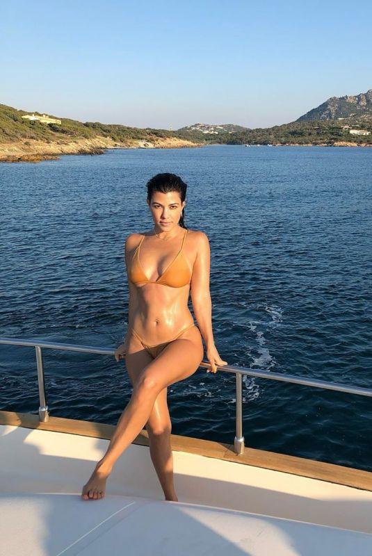 Kourtney Kardashian Clicked in Bikini at a Boat – Instagram Pic 16 Jan-2020