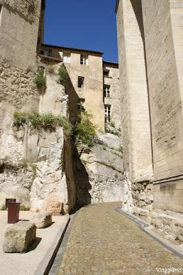 Una delle caratteristiche vie del centro storico di Avignone