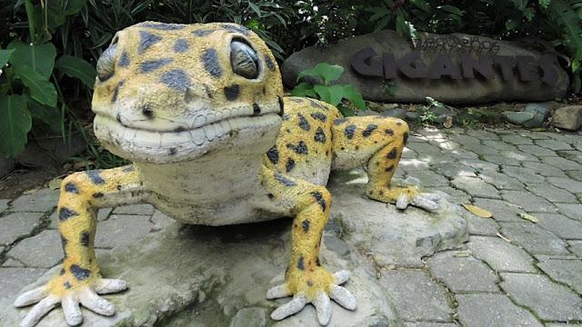 Gecko leopardo en escultura en el zoológico santa fe