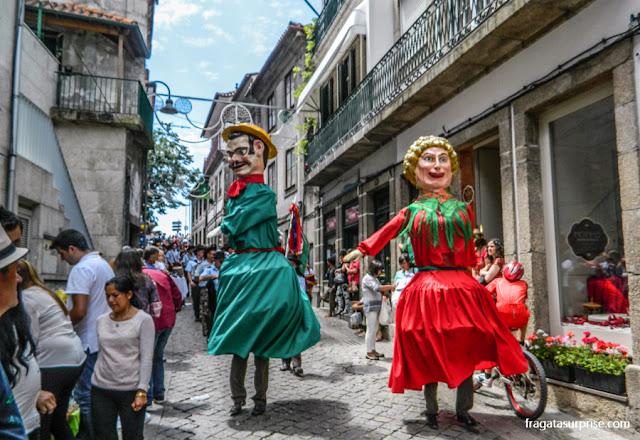 Bonecos gigantes desfilam na Festa de São Gonçalo, Amarante, Portugal