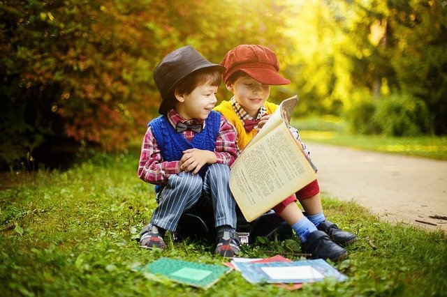 dua anak baca buku