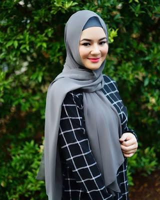 Eriska Reinisa artis cantik manis dan seksiJilbab Pashmina Abu-abu