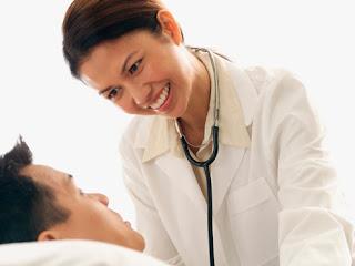 Nên đi khám tại các cơ sở y tế uy tín để nhận biết dấu hiệu sớm để phòng bệnh viêm họng hạt sớm