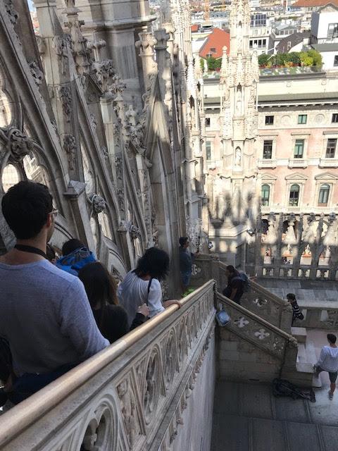 イタリア・ミラノのドゥオーモの屋上から階段で降りる