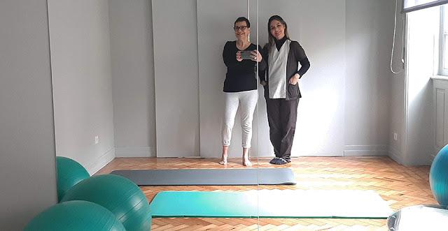 duas mulheres no espelho tapete e bolas de exercícios