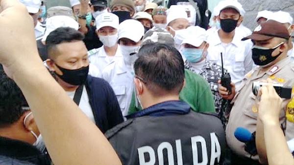Situasi Semakin Genting, Dihalangi Masuk Rumah HRS, Polisi Cekcok dengan Laskar FPI