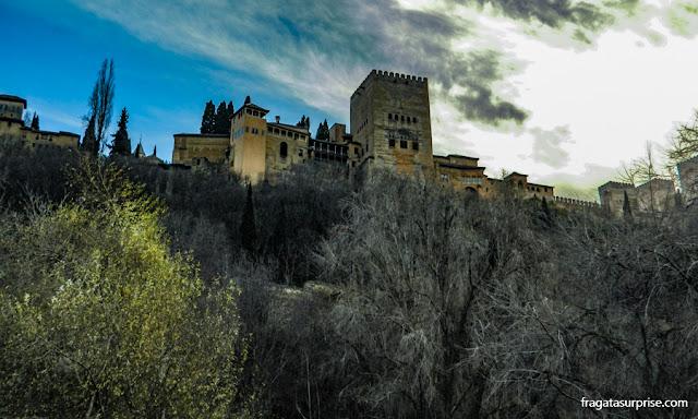 A Alhambra vista do Paseo de los Tristes, em Granada