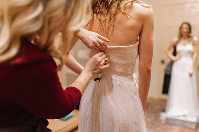 La novia debe de elegir su vestido y realizar alguna prueba - Foto: www.plivvyland.com